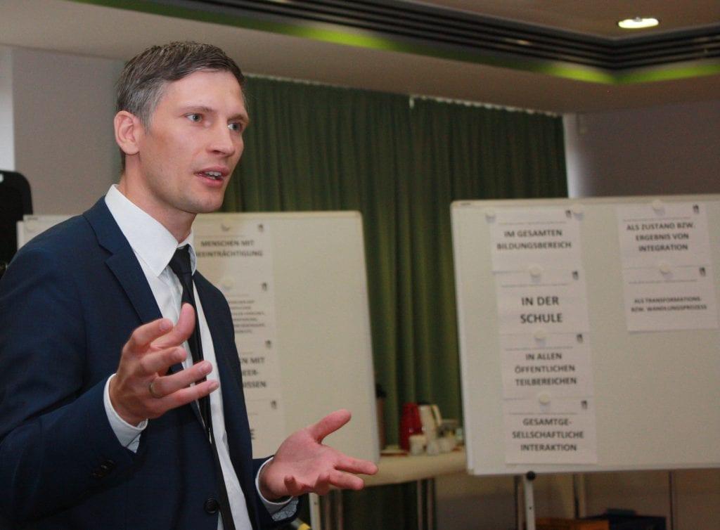 Der Kultursekretär Herr Miklitsch hält die Grußworte. Im Hintergrund eine Stellwand.