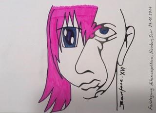 Ein mit dunklem Filzstift grob skizziertes Portrait. Die rechte Gesichtshälfte sehr minimalistisch, lediglich Auge, Mund, Nase und Ohr sind in groben Linien skizziert. Die linke Gesichtshälfte mit pinkem Haar und eckiger Sonnenbrille.