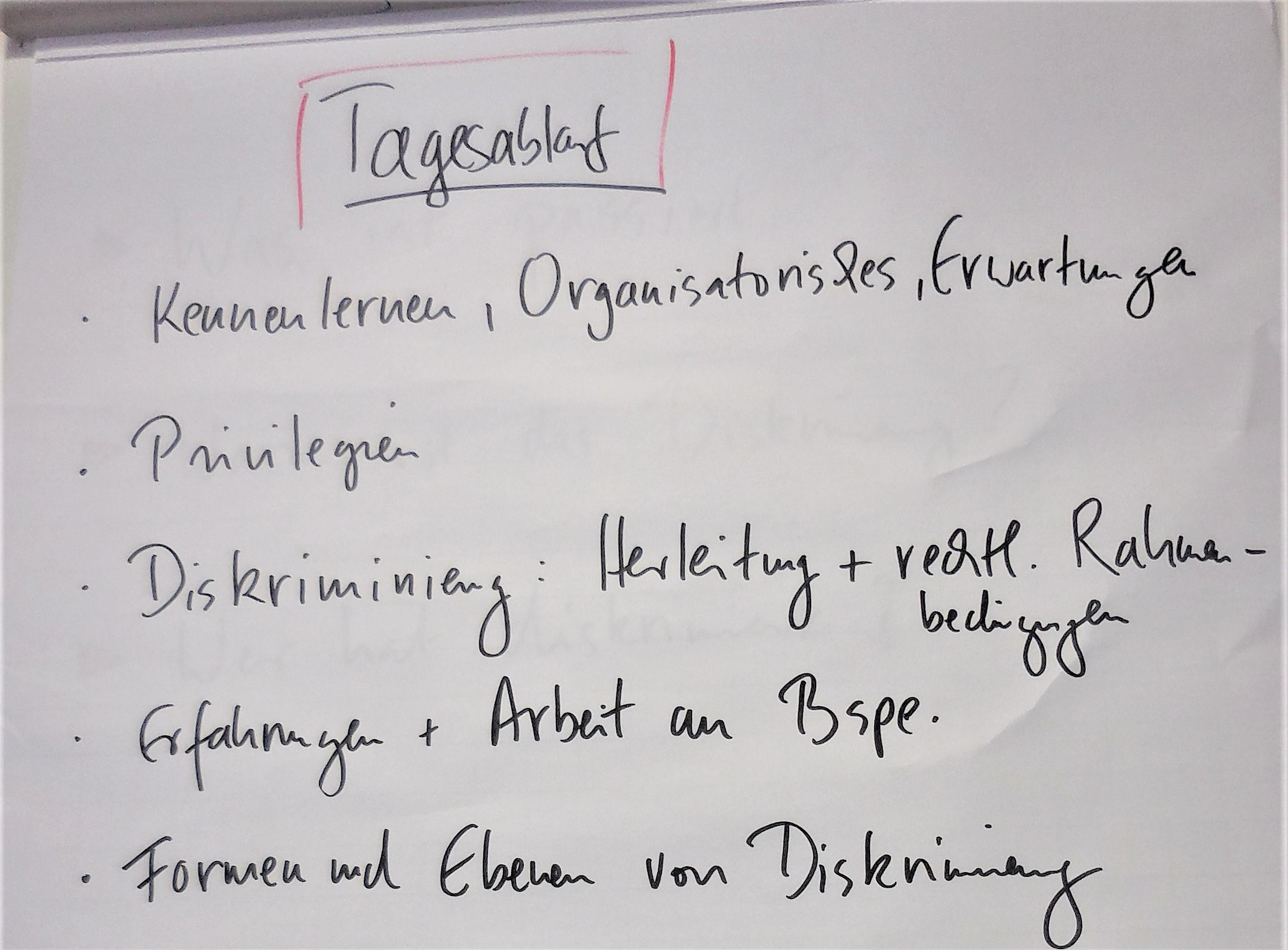 Das Foto zeigt einen Flipchart, an dem der Tagesablauf eines Workshops aufgeschrieben ist.