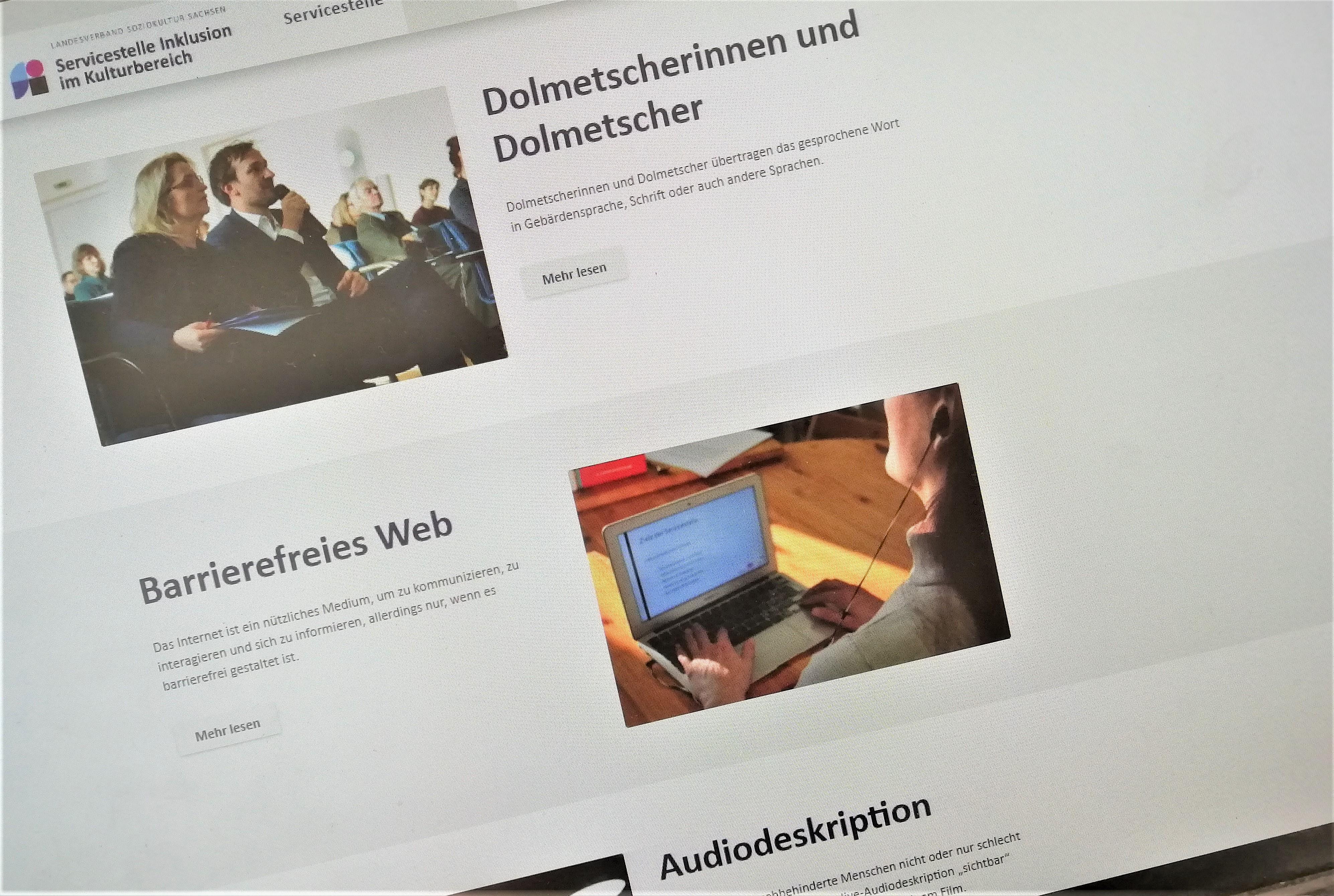 Das Foto zeigt einen Screenshot des Infoportals der Servicestelle. Zu sehen sind drei Informationsabschnitte untereinander, jeweils mit Text und Foto daneben. Der erste Abschnitt: Dolmetscherinnen und Dolmetscher, der zweite: Barrierefreies Web, der dritte: Audiodeskription.