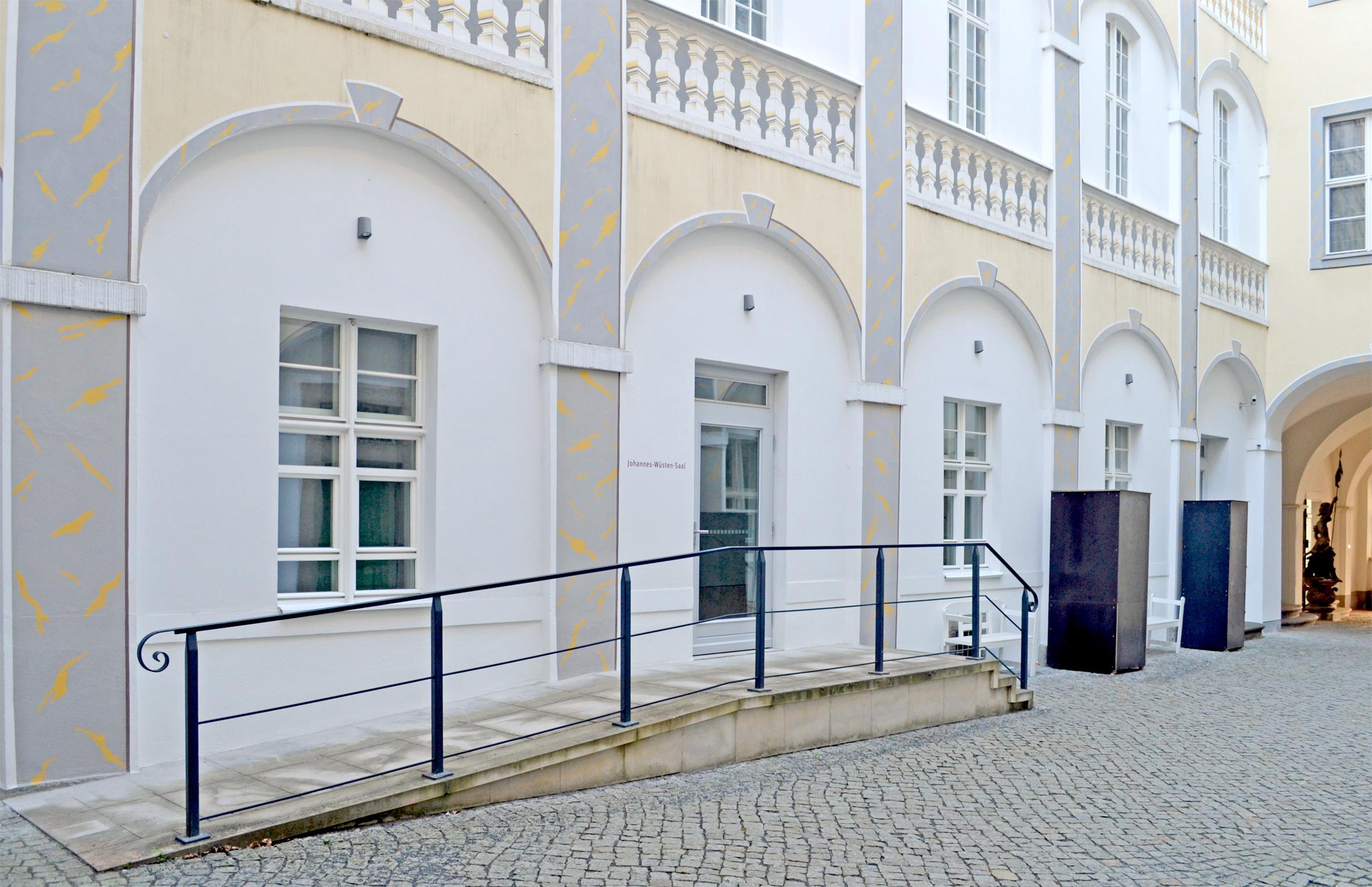 Eingang in das Barockhaus der Görlitzer Sammlungen. zum Eingang führt von der linken Seite eine Rampe und von der rechten Seite eine Treppe, die genau vor dem Eingang zusammengeführt werden.