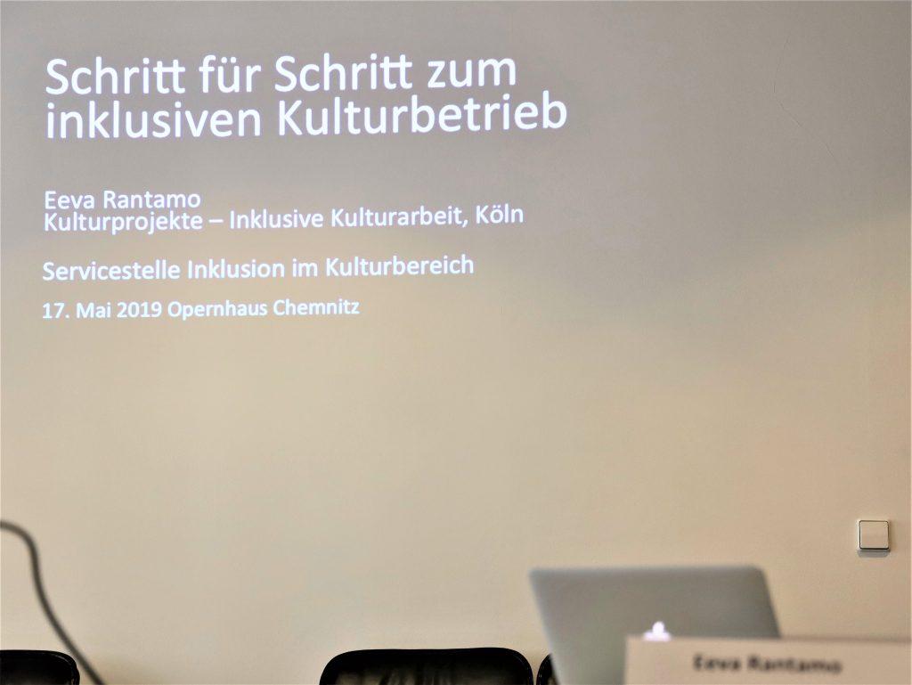 Das Foto zeigt eine Projektion der Präsentationsfolie des Workshops.